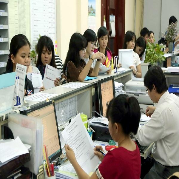 Các thí sinh nữ đăng ký hồ sơ kỳ thi THPT quốc gia vào ngành quân đội