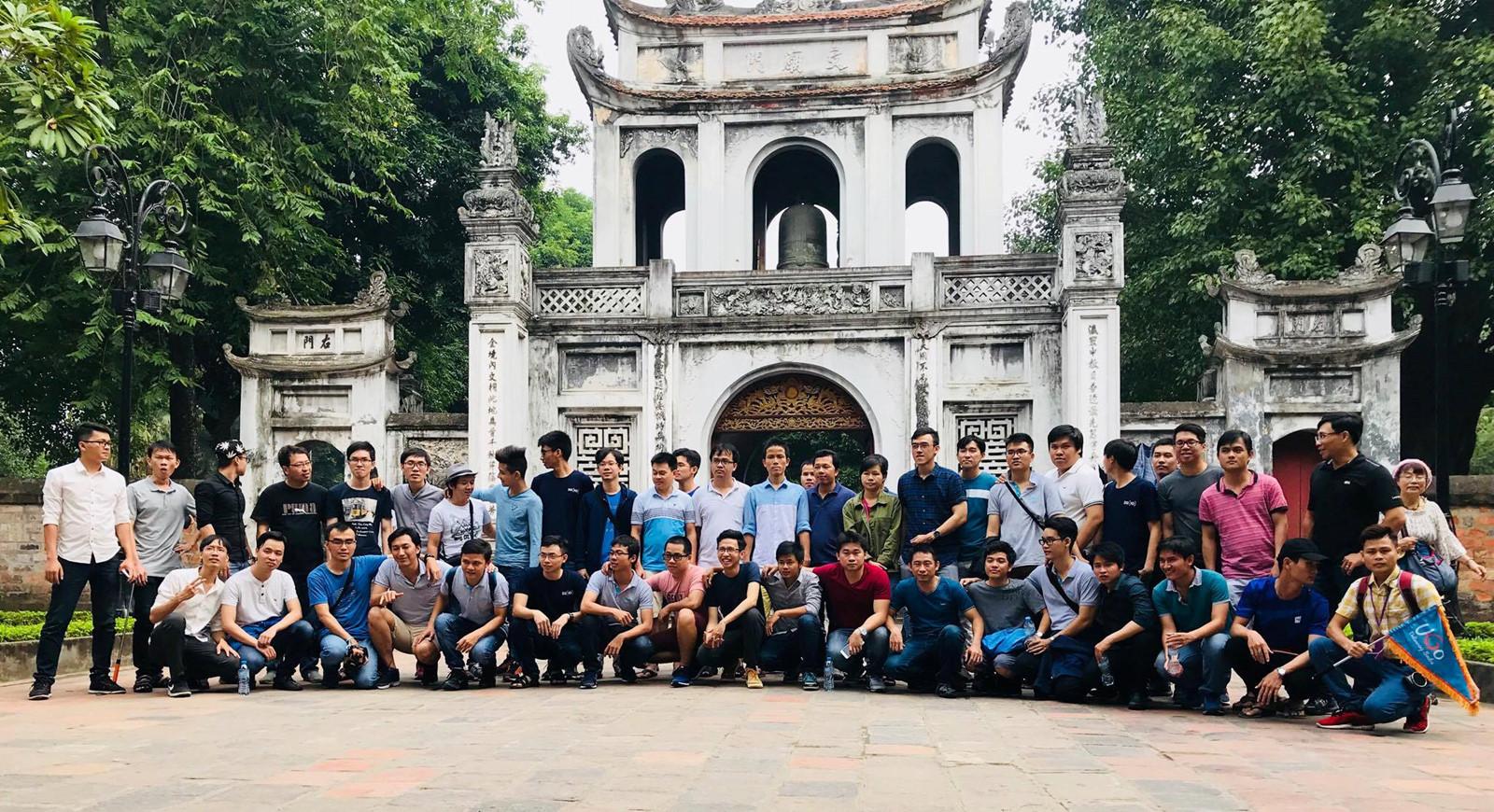 Hướng dẫn viên du lịch cho một đoàn thăm quan
